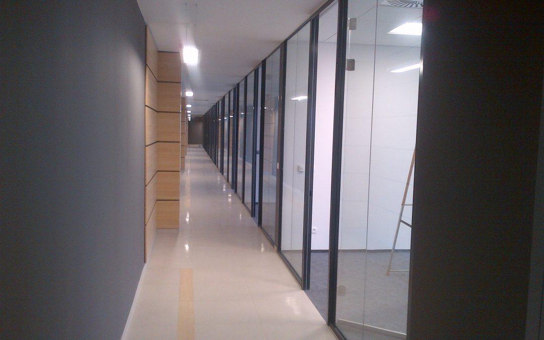 POLANOWO – zakończyliśmy montaż ścianek całoszklanych EI30 w części biurowej hali produkcyjnej